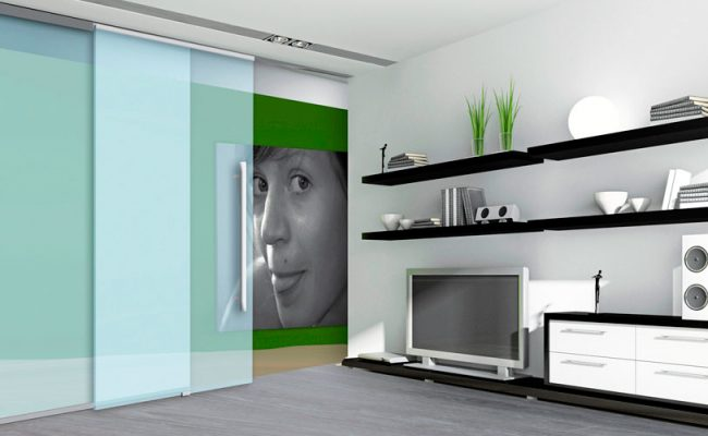 Porta de correr embutida no teto uma porta vidro